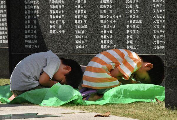 Дети во время молитвы у памятника погибшим в Битве за Окинаву