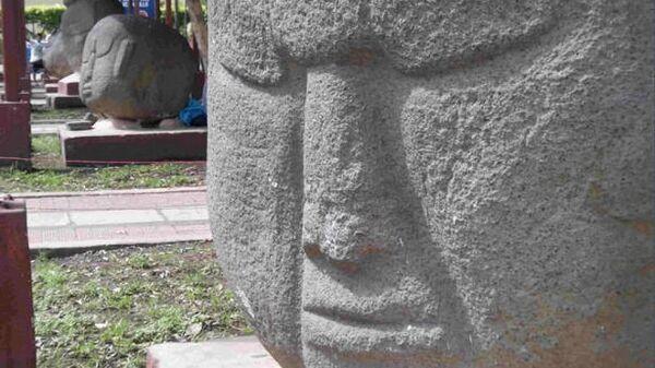 Гигантские каменные головы в Ла-Демокрасия в Гватемале