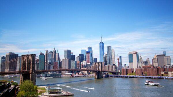 Вид на Бруклинский мост соединяющий районы Нью-Йорка Манхэттен и Бруклин