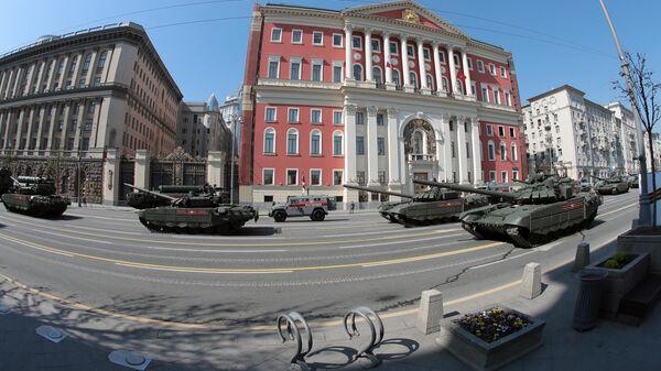 Танки Т-72Б3 перед началом генеральной репетиции военного парада на Красной площади