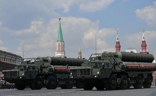 Транспортно-пусковые установки зенитного ракетного комплекса С-400 Триумф на генеральной репетиции военного парада на Красной площади