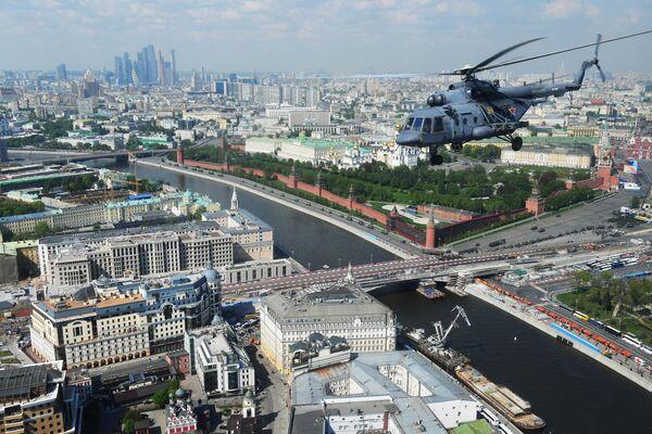 Многоцелевой вертолет Ми-8 над Москвой во время генеральной репетиции военного парада