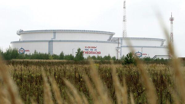 Емкости для хранения нефти нефтепровода Дружба неподалеку от города Мозырь Гомельской области