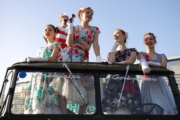 Девушки фотографируются возле автомобиля ГАЗ-66 в Геленджике