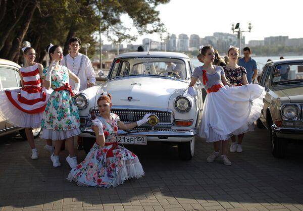 Девушки фотографируются возле автомобиля ГАЗ-21 Волга в Геленджике