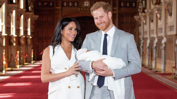Британский принц Гарри и его жена Меган со своим маленьким сыном в Виндзорском замке. 8 мая 2019