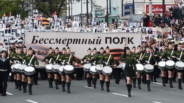 Участники акции Бессмертный полк во Владивостоке