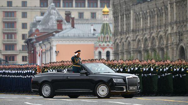 Министр обороны РФ Сергей Шойгу на автомобиле Aurus Senat