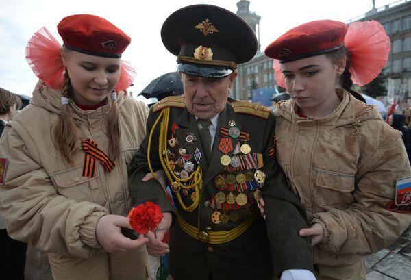 Ветеран Великой Отечественной войны и участники военно-патриотического общественного движения Юнармия во время акции Бессмертный полк в Екатеринбурге