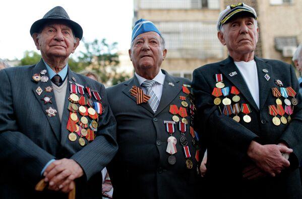 Участники акции Бессмертный полк в городе Петах Тиква