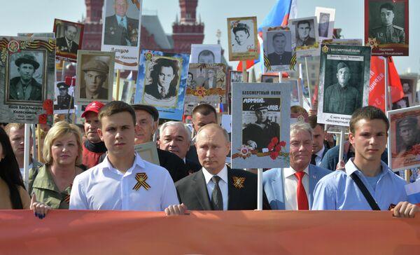 Президент РФ Владимир Путин с портретом своего отца-фронтовика Владимира Спиридоновича принимает участие в шествии патриотической акции Бессмертный полк в честь 74-й годовщины Победы в Великой Отечественной войне 1941-1945 годов