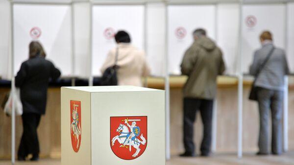 Избиратели во время голосования на выборах президента Литвы.