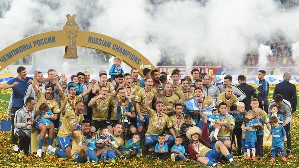 Футболисты Зенита празднуют чемпионство