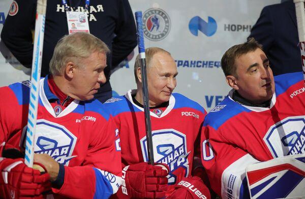 Президент РФ Владимир Путин перед началом гала-матча Ночной хоккейной лиги в ледовом дворце Большой в Сочи