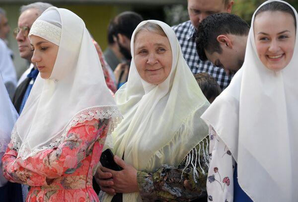 Женщины в платках во время праздника в духовном центре старообрядчества Рогожская слобода в Москве