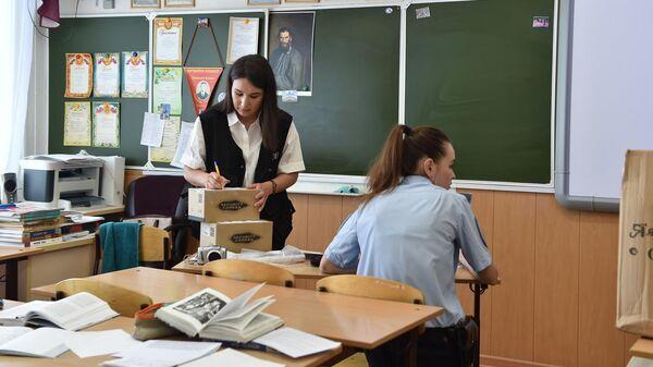 Сотрудники правоохранительных органов в одной из школ Казани, где ученик, вооруженный пневматическим пистолетом, удерживал одноклассников