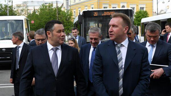 Игорь Руденя и Игорь Шувалов во время осмотра экспозиции нового общественного транспорта в Твери