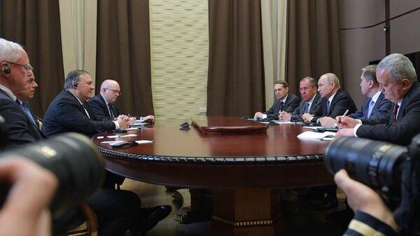 Владимир Путин и госсекретарь США Майк Помпео во время встречи в Сочи. 14 мая 2019