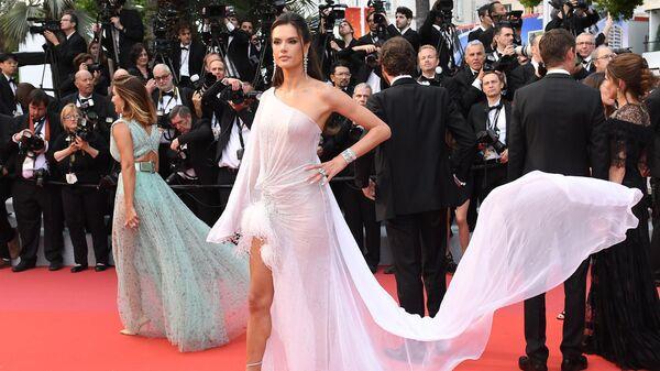 Бразильская супермодель и актриса Алессандра Амбросио на красной дорожке церемонии открытия 72-го Каннского международного кинофестиваля