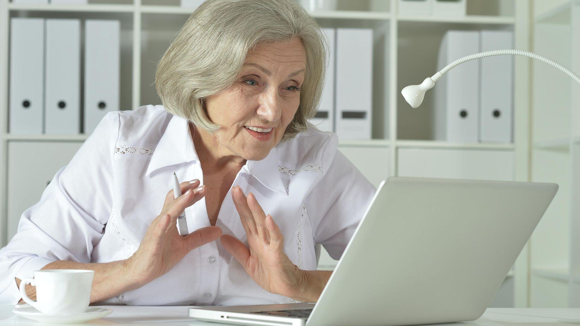 Пожилая женщина работает на ноутбуке - РИА Новости, 1920, 20.01.2021