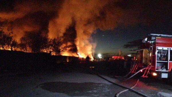 В Ленобласти локализовали крупный пожар на складе с ГСМ