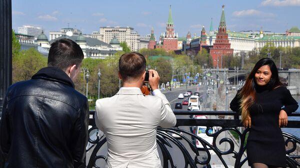 Алекс фотографирует Джейн на Патриаршем мосту