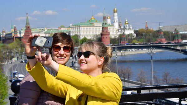 Немецкие туристы фотографируются на Патриаршем мосту