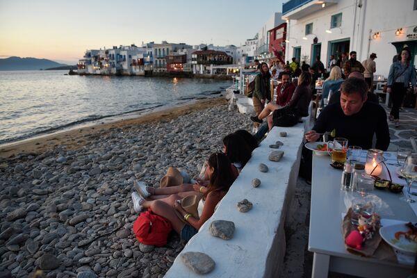 Туристы на острове Миконос, Греция