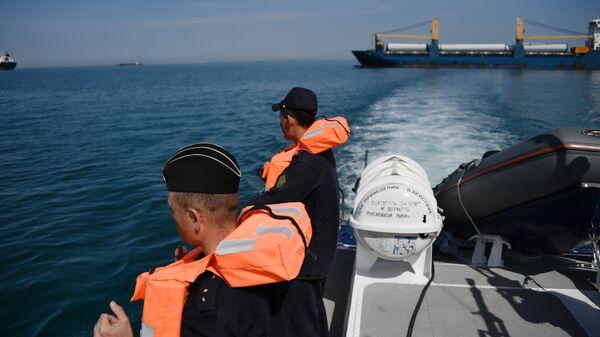 Сотрудники береговой охраны пограничной службы ФСБ РФ в Керченском проливе