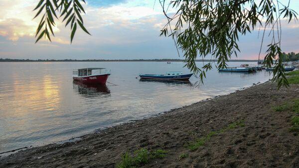 Катера у берега реки Волги