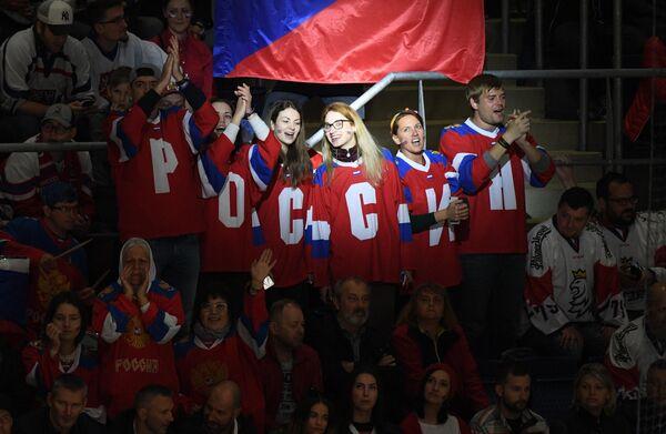 Болельщики сборной России во время матча группового этапа чемпионата мира по хоккею между сборными командами России и Чехии