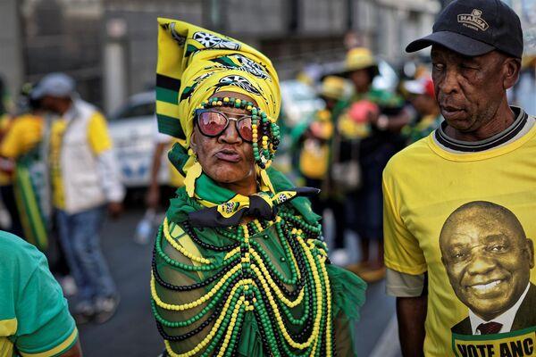 Сторонники партии АНК и президента Сирила Рамафосы во время митинга в центре Йоханнесбурга, ЮАР