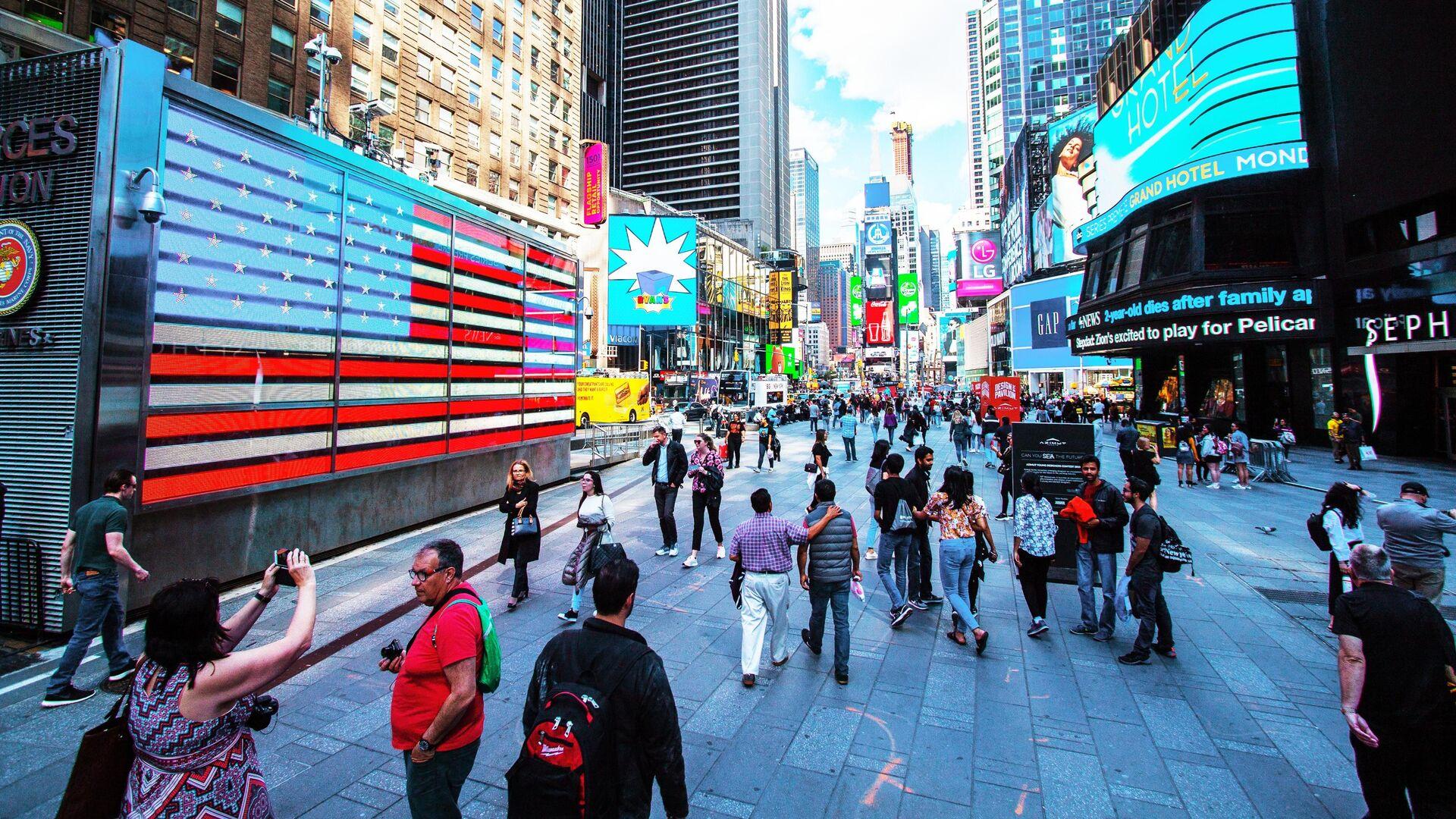 Прохожие на площади Таймс-сквер в Нью-Йорке, США - РИА Новости, 1920, 22.09.2020