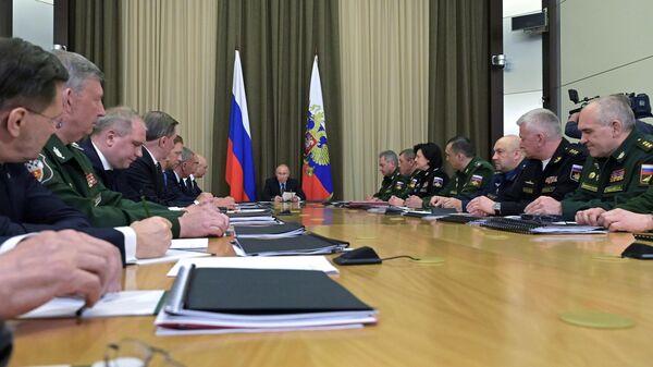 Президент РФ Владимир Путин проводит завершающее совещание серии консультаций с руководством Минобороны РФ и оборонно-промышленного комплекса. 17 мая 2019