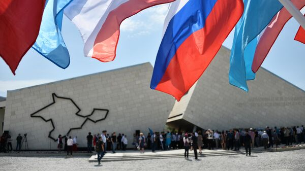 Мемориальный комплекс Путь возрождения народов Крыма на железнодорожной станции Сирень в Бахчисарайском районе. 18 мая 2019