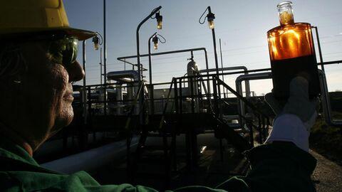 Рабочий проводит контроль на приемной станции нефтепровода Дружба