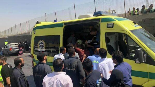 Машина скорой помощи на месте взрыва возле нового музея недалеко от пирамид Гизы в Каире. 19 мая 2019