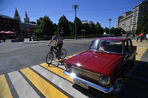 Автомобиль Москвич-412 (1967 по 1977 гг. выпуска), который принимает участие в ралли классических ретро-автомобилей в Москве