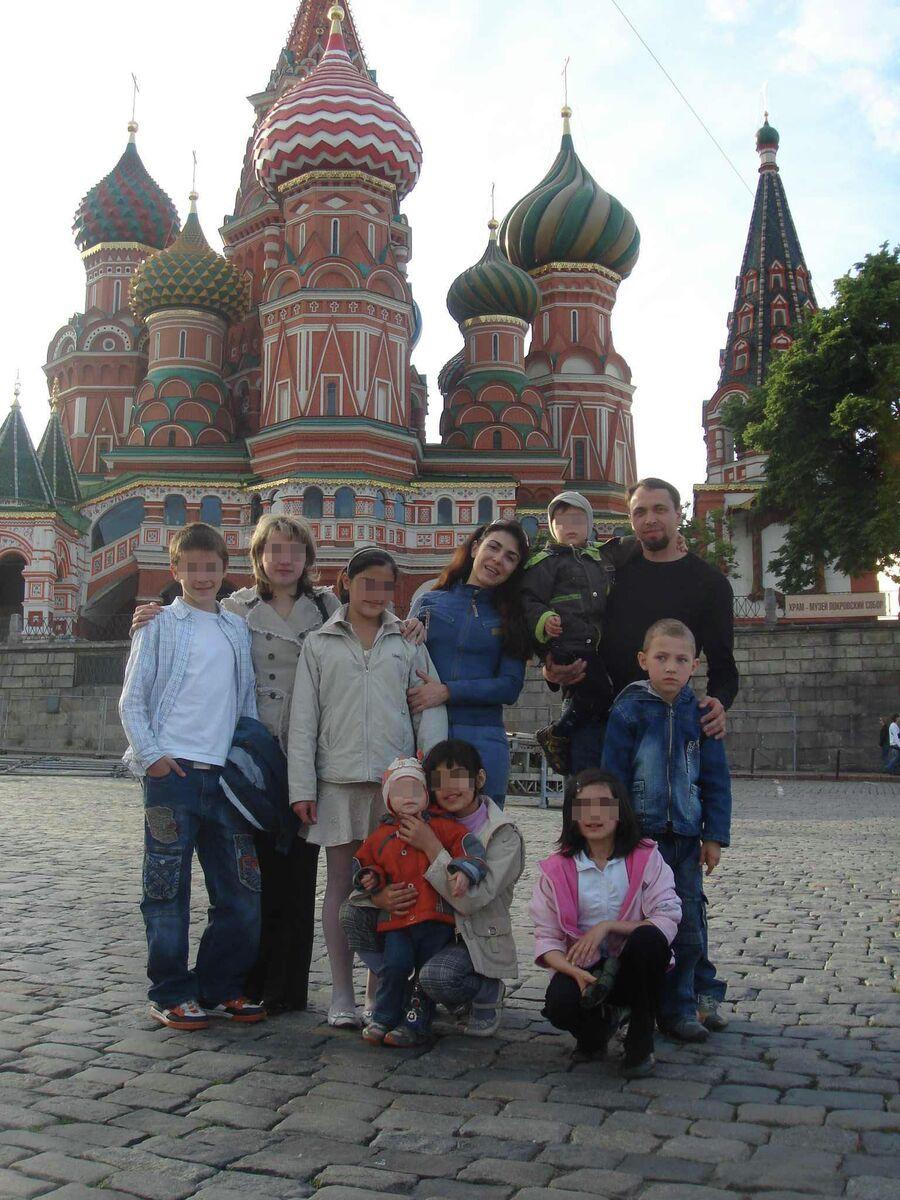 Витя Козловцев впервые на Красной площади. В синей куртке - Лилит Горелова. В черном свитере - Александр Горелов