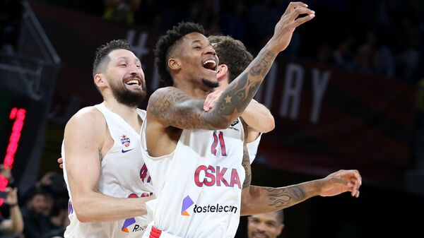 Баскетболисты ЦСКА Никита Курбанов, Серхио Родригес и Уилл Клайберн (слева направо)