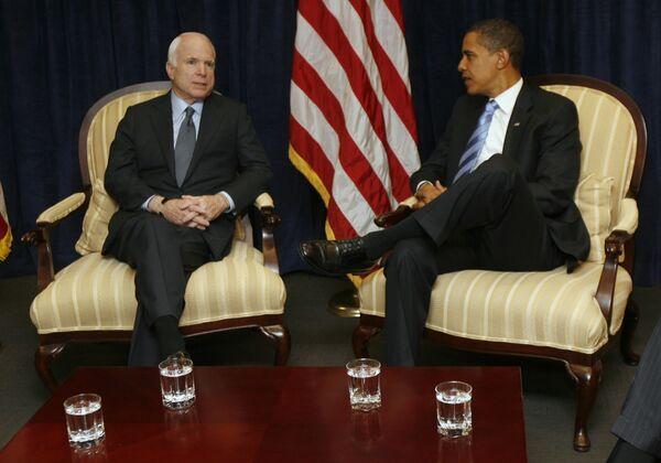 Избранный президент США Барак Обама во время встречи со своим соперником на выборах Джоном Маккейном
