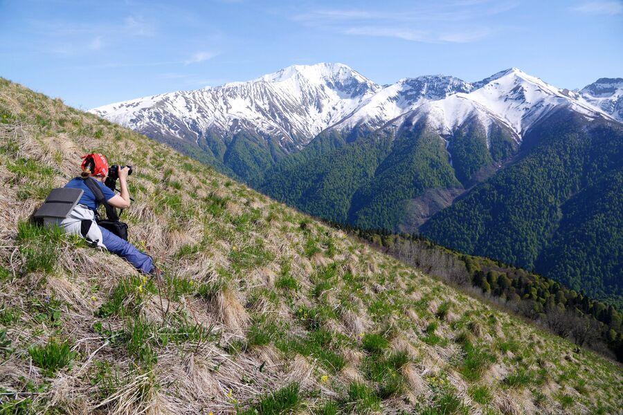 Девушка фотографирует пейзажи Кавказского государственного природного биосферного заповедника имени Х. Г. Шапошникова