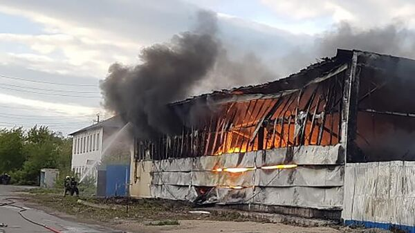 Пожар в здании цеха по изготовлению пластиковых панелей ЗАО Урал-Пласт в Магнитогорске