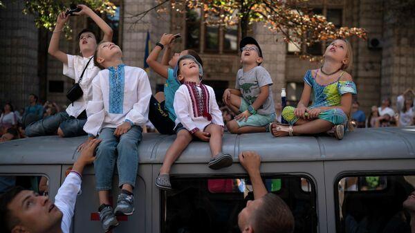 Дети во время воздушной части парада на праздновании Дня Независимости в Киеве, Украина