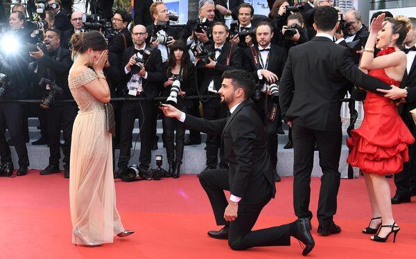 Мужчина делает предложение девушке на красной дорожке премьеры фильма Тайная жизнь (A Hidden Life) в рамках 72-го Каннского международного кинофестиваля