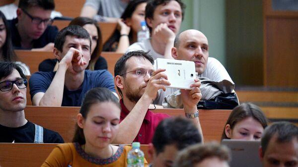 Студенты во время лекции генерального директора госкорпорации Роскосмос Дмитрия Рогозина в МГУ