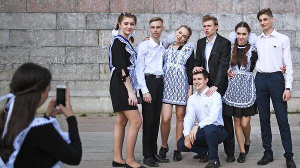 Выпускники средних школ фотографируются после празднования последнего звонка на Михайловской набережной в Новосибирске.