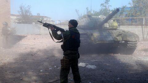 Ополченец Донецкой народной республики во время боя в районе аэропорта города Донецка. Октябрь 2014