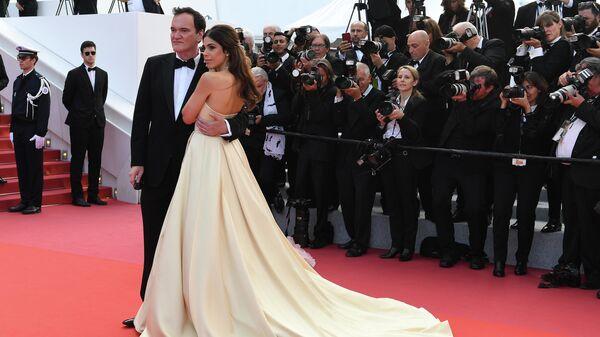 Режиссер Квентин Тарантино и его супруга, израильская певица и модель Даниэла Пик на красной дорожке церемонии закрытия 72-го Каннского международного кинофестиваля