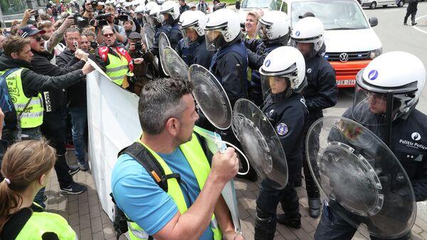 Столкновение демонстрантов с полицией во время акции протеста желтых жилетов в Брюсселе, Бельгия. 26 мая 2019